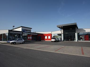 Geschäftsgebäude Majdic Ansicht Eingänge mit Parkplatz